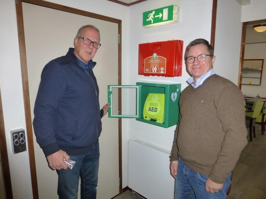 Jaap Uithof voorheen apotheker uit Hasselt verrast stichting met een AED